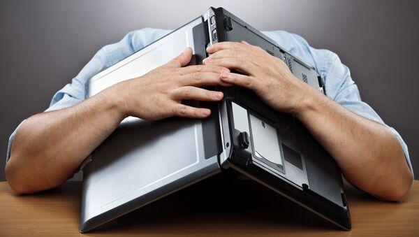 Người đàn ông mệt phờ với cái laptop trên đầu - Sputnik Việt Nam