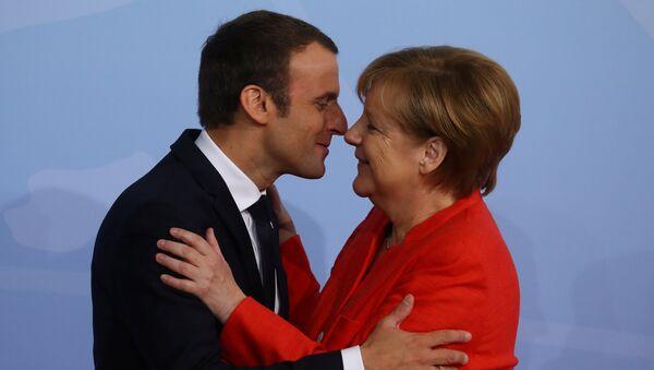 Deutschlands Bundeskanzlerin Angela Merkel und Frankreichs Präsident Emmanuel Macron - Sputnik Việt Nam