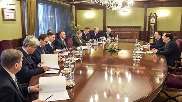 Ngày 25 tháng 12 tại Nhà Chính phủ, Phó Thủ tướng Nga Igor Shuvalov đã có buổi họp làm việc với Đại sứ đặc mệnh toàn quyền Việt Nam tại LB Nga Nguyễn Thanh Sơn và ông Dương Hoàng Minh, Tham tán thương mại Việt Nam tại Liên bang Nga. - Sputnik Việt Nam