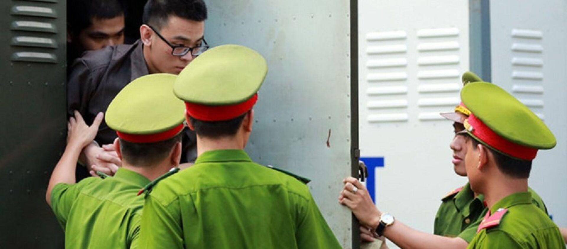 Các bị cáo bị dẫn giải đến phiên tòa - Sputnik Việt Nam, 1920, 27.12.2017