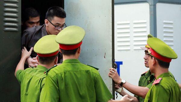 Các bị cáo bị dẫn giải đến phiên tòa - Sputnik Việt Nam
