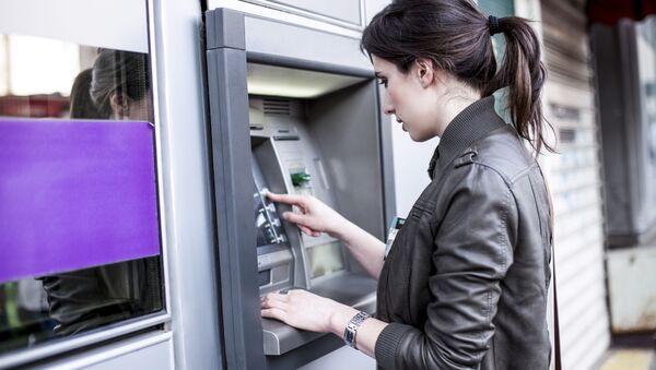 cô gái rút tiền ở trạm ATM - Sputnik Việt Nam