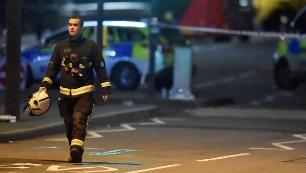 Пожарный офицер на месте преступления после атаки на Вестминстерском мосту в Лондоне - Sputnik Việt Nam