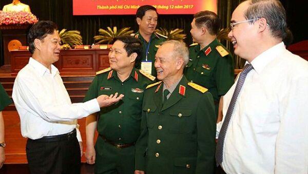 Nguyên Thủ tướng Nguyễn Tấn Dũng (ngoài cùng bên trái) trò chuyện với lãnh đạo Bộ Quốc phòng, lãnh đạo TP.HCM - Sputnik Việt Nam