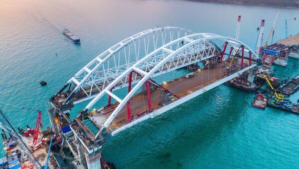 Арки автомобильного и железнодорожного пролетов строящегося Крымского моста над центральным фарватером в Керченском проливе - Sputnik Việt Nam