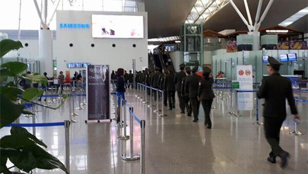 15h30 tại sảnh quốc tế sân bay Nội Bài, nhiều cán bộ an ninh đi vào khu vực xuất nhập cảnh. - Sputnik Việt Nam