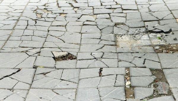 Đá tự nhiên lát trên vỉa hè xuống cấp nghiêm trọng. - Sputnik Việt Nam