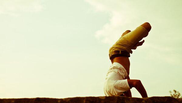 Một người đàn ông đang tập yoga - Sputnik Việt Nam