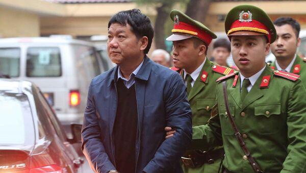 Полицейские сопровождают в зал суда вьетнамского чиновника Динь Ла Тханг - Sputnik Việt Nam