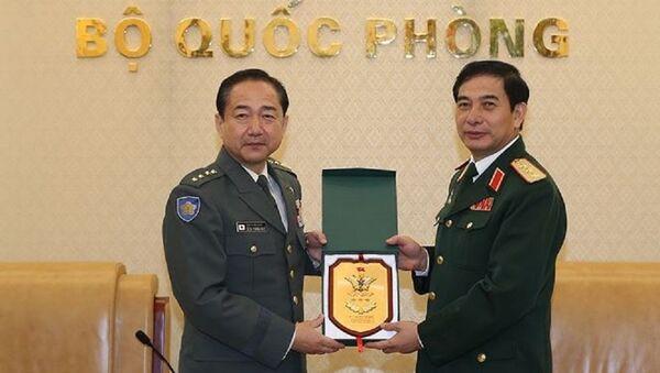Thượng tướng Phan Văn Giang (phải) tiếp Đại tướng Yamazaki Koji. - Sputnik Việt Nam