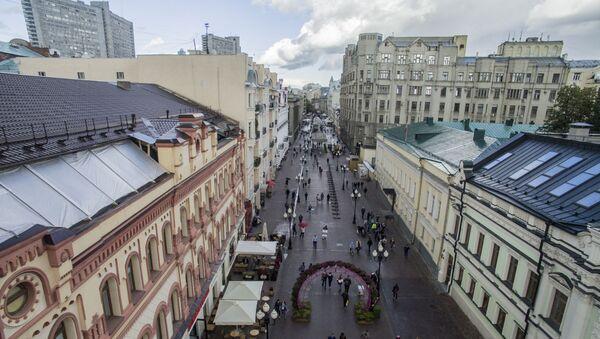Người qua lại trên phố cổ Arbat ở Moskva. Năm 2016 - Sputnik Việt Nam