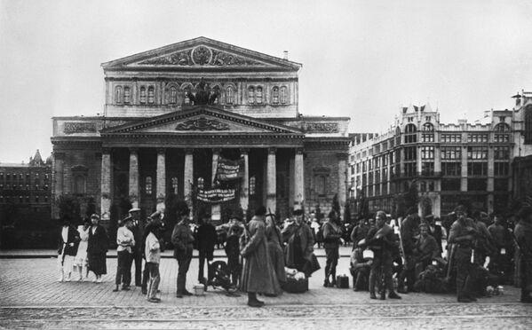 Bên Nhà hát Bolshoi ở Moskva. Năm 1918 - Sputnik Việt Nam