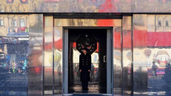 Matxcơva. Lính gác ở cửa Lăng Lenin trên Quảng trường Đỏ. - Sputnik Việt Nam