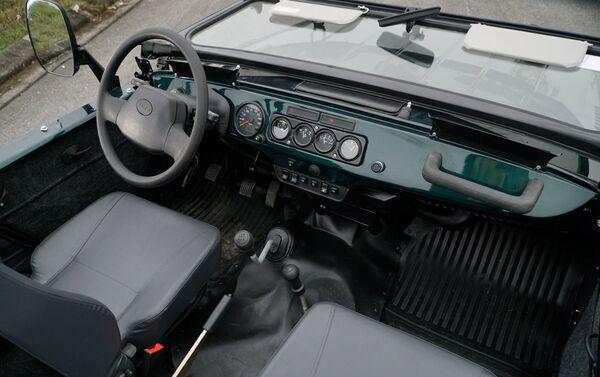 Nội thất xe tương tự bản Hunter mui kín với sàn thoát nước, ghế giả da chống thấm nước... - Sputnik Việt Nam