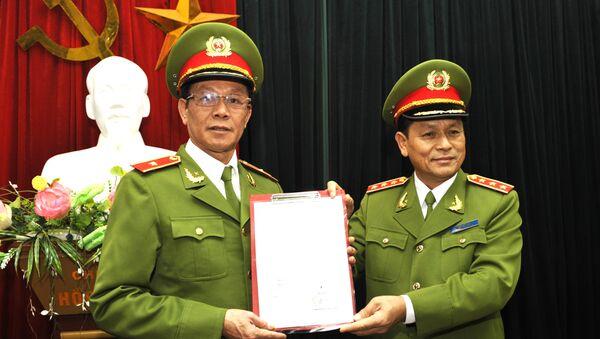 Đồng chí Thứ trưởng Lê Thế Tiệm trao quyết định cho đồng chí Phan văn Vĩnh, Quyền Tổng cục trưởng. - Sputnik Việt Nam