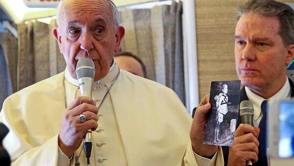 Giáo hoàng Phanxicô với các phóng viên đi cùng trong chuyến đi máy bay - Sputnik Việt Nam