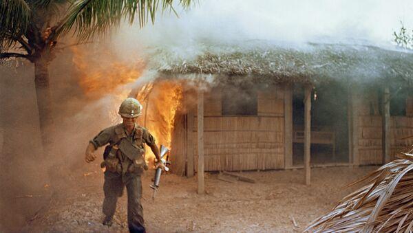 Lính Mỹ trên nền ngôi nhà dân bị đốt cháy. Chiến tranh ở Việt Nam - Sputnik Việt Nam