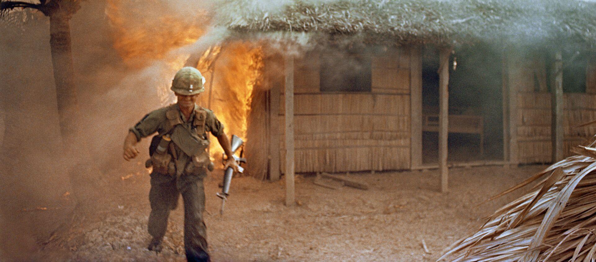 Lính Mỹ trên nền ngôi nhà dân bị đốt cháy. Chiến tranh ở Việt Nam - Sputnik Việt Nam, 1920, 08.10.2018