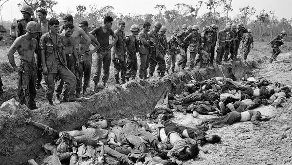 Lính Mỹ nhìn đám thi thể những người Việt bị họ giết chết. Chiến tranh Việt Nam, năm 1967 - Sputnik Việt Nam
