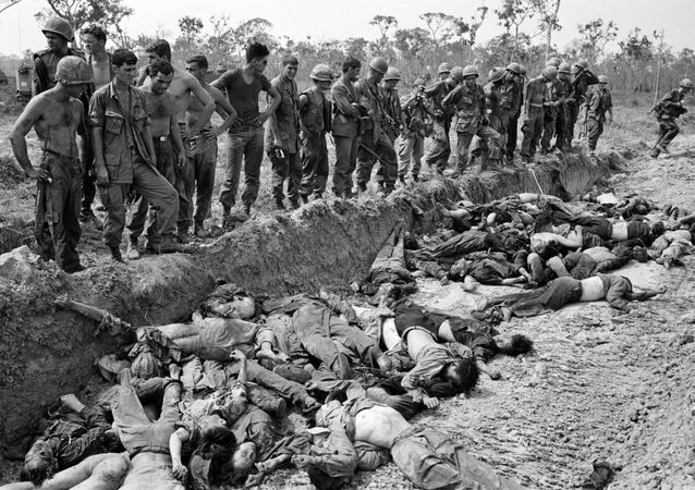 Lính Mỹ nhìn đám thi thể những người Việt bị họ giết chết. Chiến tranh Việt Nam, năm 1967