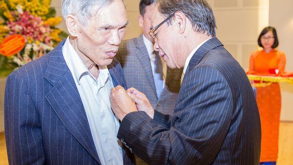 Chủ tịch HĐQT Bùi Ngọc Bảo trân trọng gắn Kỷ niệm chương Vì sự nghiệp phát triển 60 năm Petrolimex trao tặng Nguyên Ủy viên TW Đảng, nguyên Bộ trưởng Bộ Thương mại, nguyên Tổng giám đốc Petrolimex Trương Đình Tuyển - Sputnik Việt Nam