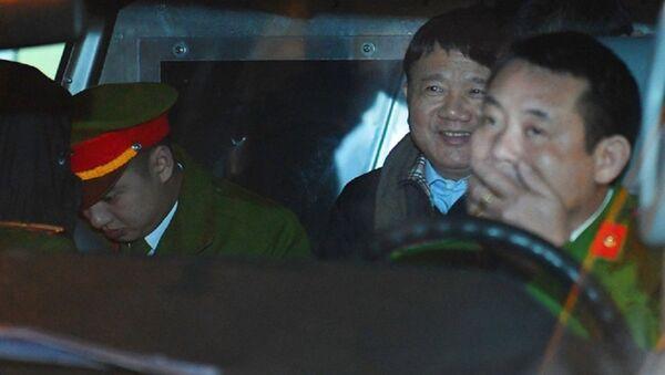 Ông Đinh La Thăng tươi cười rời toà sau ngày xét xử thứ 4 - Sputnik Việt Nam