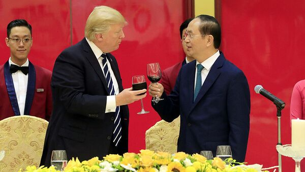Chủ tịch nước Trần Đại Quang và Tổng thống Mỹ Donald Trump nâng ly chúc mừng mối quan hệ ngày càng phát triển tốt đẹp giữa hai nước - Sputnik Việt Nam
