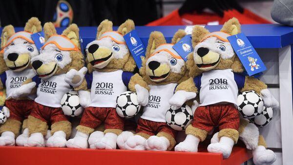 Đồ chơi mềm hình sói Zabivaka, linh vật chính thức của World Cup FIFA 2018 trong cửa hàng chính thức bán đồ lưu niệm World Cup 2018 - Sputnik Việt Nam