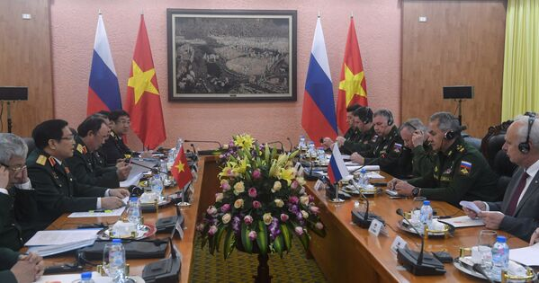 Bộ trưởng Quốc phòng Nga Sergei Shoigu trong cuộc hội đàm với Bộ trưởng Quốc phòng Việt Nam Ngô Xuân Lịch tại Hà Nội - Sputnik Việt Nam