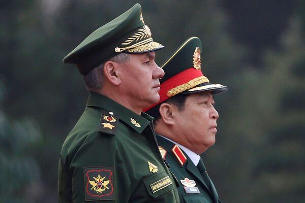 Bộ trưởng Quốc phòng Nga Sergei Shoigu và Bộ trưởng Quốc phòng Việt Nam Ngô Xuân Lịch trong cuộc họp tại Hà Nội - Sputnik Việt Nam