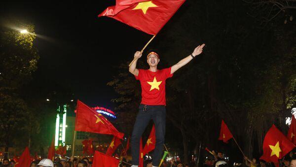 Người hâm mộ bóng đá Việt Nam vui sướng mừng chiến thắng của đội tuyển nước nhà tiến vào trận chung kết giải  Vô địch Châu Á U 23. - Sputnik Việt Nam