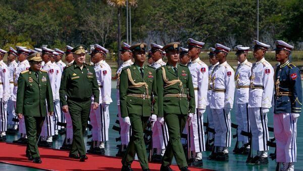 Bộ trưởng Quốc phòng Nga Sergei Shoigu (trái) và Thống tướng Min Aung Hlaing, Tổng Tư lệnh các Lực lượng vũ trang Myanmar - Sputnik Việt Nam