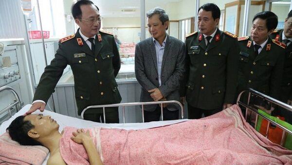 Thượng tướng Nguyễn Văn Thành, Thứ trưởng Bộ Công an thăm và tặng quà CSGT bị tai nạn trong lúc làm nhiệm vụ - Sputnik Việt Nam