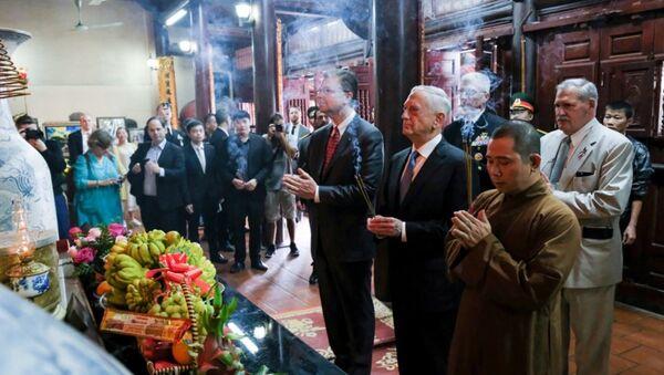 Bộ trưởng Quốc phòng Mỹ và Đại sứ Mỹ tại Việt Nam dâng hương trong Chùa Trấn Quốc. - Sputnik Việt Nam
