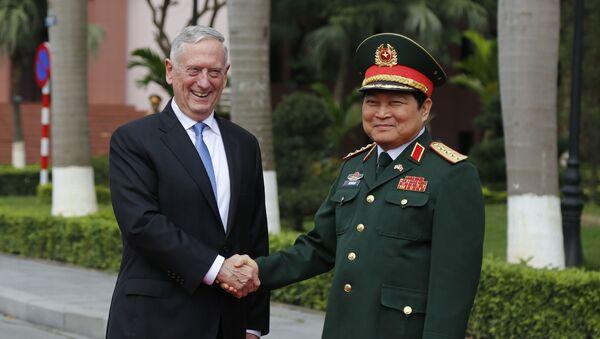 Bộ trưởng Quốc phòng Mỹ Jim Mattis và Bộ trưởng Quốc phòng Việt Nam Ngô Xuân Lịch trong cuộc họp tại Hà Nội - Sputnik Việt Nam