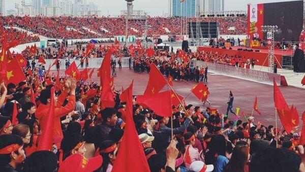Cờ đỏ sao vàng đã đỏ rực cả sân vận động - Sputnik Việt Nam