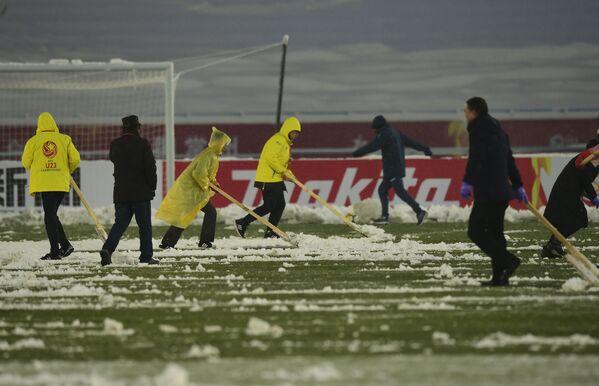 Làm sạch tuyết trên sân cỏ trong giờ giải lao trận chung kết vô địch châu Á U-23 giữa các đội tuyển Việt Nam và Uzbekistan ở Thường Châu - Sputnik Việt Nam
