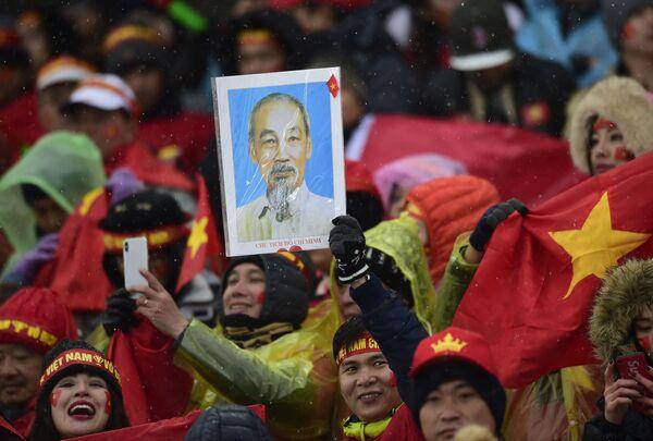Các cổ động viên bóng đá Việt Nam trên sân vận động Thường Châu. Chung kết Giải vô địch châu Á U-23 châu Á giữa hai đội Việt Nam và Uzbekistan - Sputnik Việt Nam