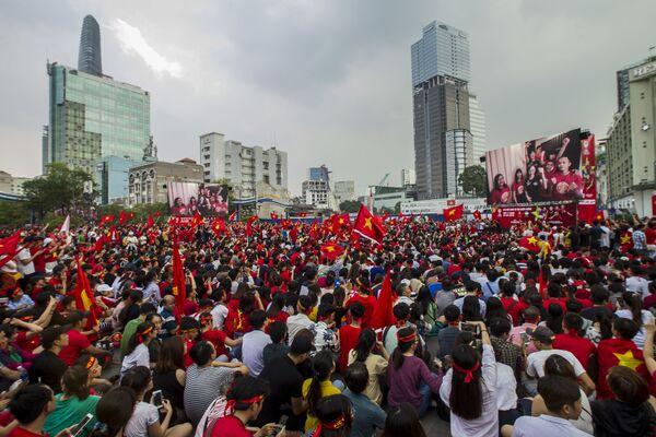 Người hâm mộ bóng đá thành phố Hồ Chí Minh theo dõi chương trình truyền hình trận chung kết Giải vô địch bóng đá châu Á U-23 giữa hai đội tuyển trẻ Việt Nam và Uzbekistan - Sputnik Việt Nam