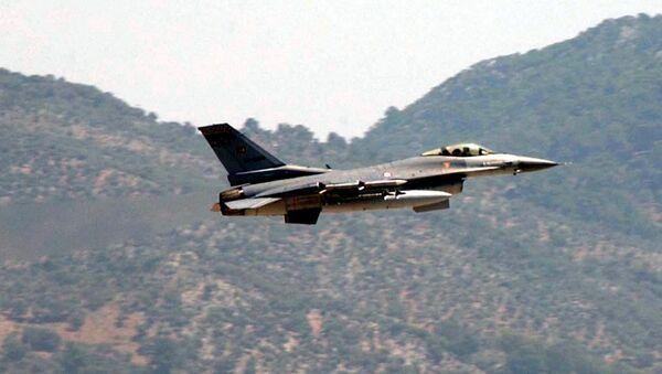 A Turkish Air Force F-16 fighter jet - Sputnik Việt Nam