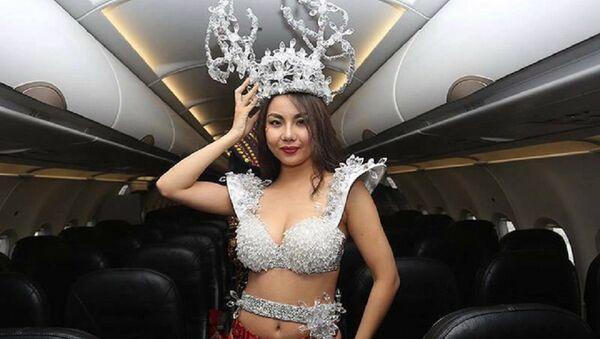 Hình ảnh các người mẫu ăn mặc thiếu vải trên chuyến bay trở các cầu thủ U23 Việt Nam ngày 28/1 - Sputnik Việt Nam