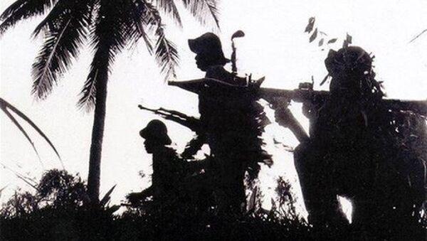 Bộ đội ta tiến công với súng AK và B41. - Sputnik Việt Nam