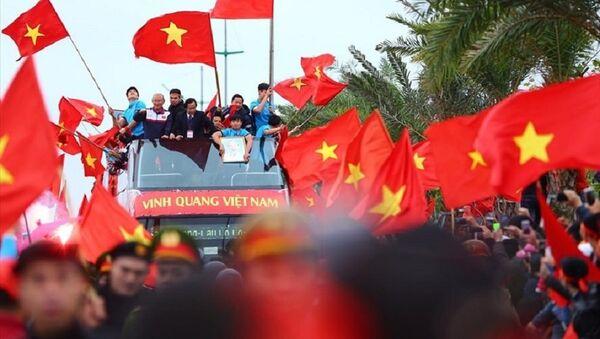 Ông Nguyễn Lân Trung (đeo thẻ), xuất hiện trên chiếc xe buýt diễu hành của U23 Việt Nam - Sputnik Việt Nam