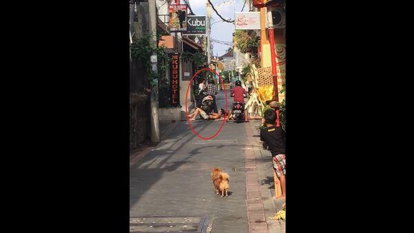 """Người đàn ông đi xe máy đã đi qua du khách """"Tây"""" say rượu chặn đường (Video) - Sputnik Việt Nam"""