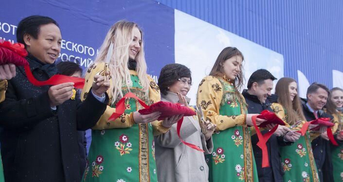 Thống đốc tỉnh Moskva Andrei Vorobyov, người đứng đầu Tập đoàn TH True Milk Thái Hương, Đại sứ Việt Nam tại Liên bang Nga Ngô Đức Mạnh tại lễ khai trương tổ hợp chăn nuôi bò sữa do TH True Milk xây dựng ở quận Volokolamsky, Moskva.