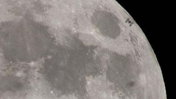Trạm không gian quốc tế ISS bay qua mặt trăng đêm rằm - Sputnik Việt Nam