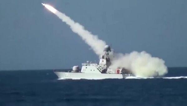 Tàu 381 lớp BPS-500 bắn tên lửa chống hạm Uran-E trong tư thế vận động trên biển. - Sputnik Việt Nam