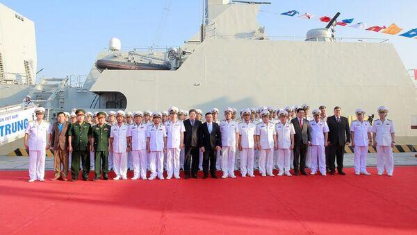 Các đại biểu chụp ảnh lưu niệm với cán bộ chiến sĩ hai tàu - Sputnik Việt Nam