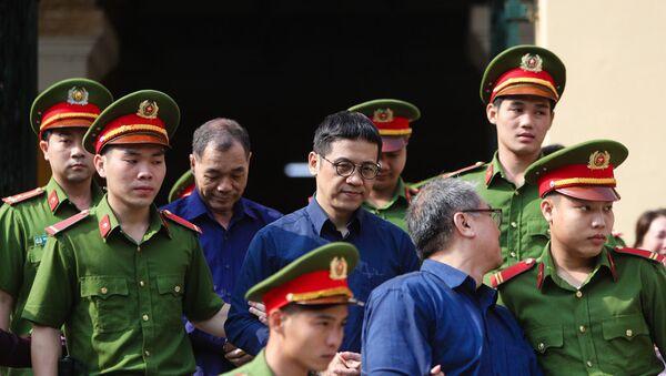 Bị cáo Phạm Công Danh, Phan Thành Mai và Trầm Bê được áp giải sau phiên tòa sáng 7/2 - Sputnik Việt Nam