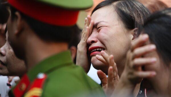 Người thân khóc tiễn các bị cáo trở về trại giam sau khi tòa tuyên trả hồ sơ, điều tra bổ sung - Sputnik Việt Nam